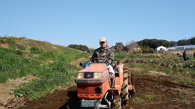 トラクターで耕す
